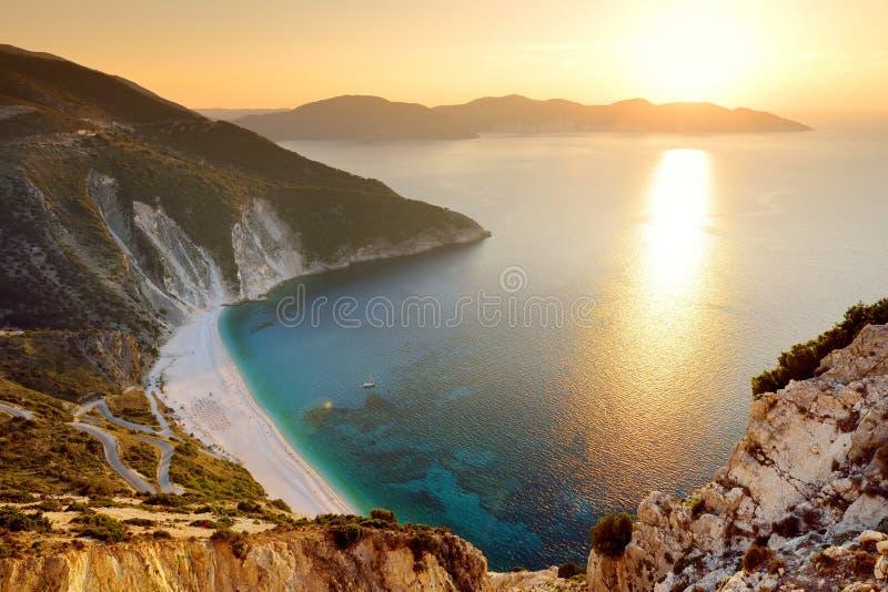 Widok z lotu ptaka Myrtos plaża plaża Kefalonia, wielki wybrzeże z turkus wodą i biały prostacki, piękna i sławna, obrazy stock