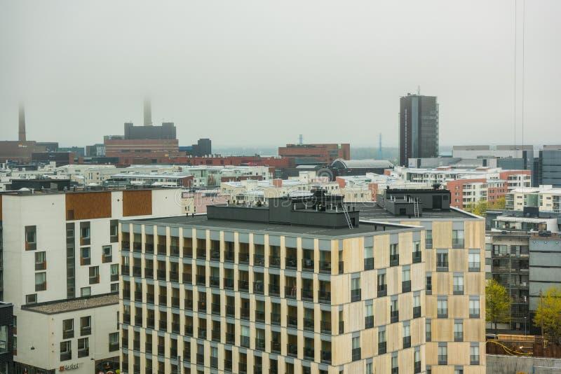Widok z lotu ptaka na centrum Helsinek z nowoczesnymi liniami narciarskimi w Finlandii w deszczowym dniu zdjęcie stock