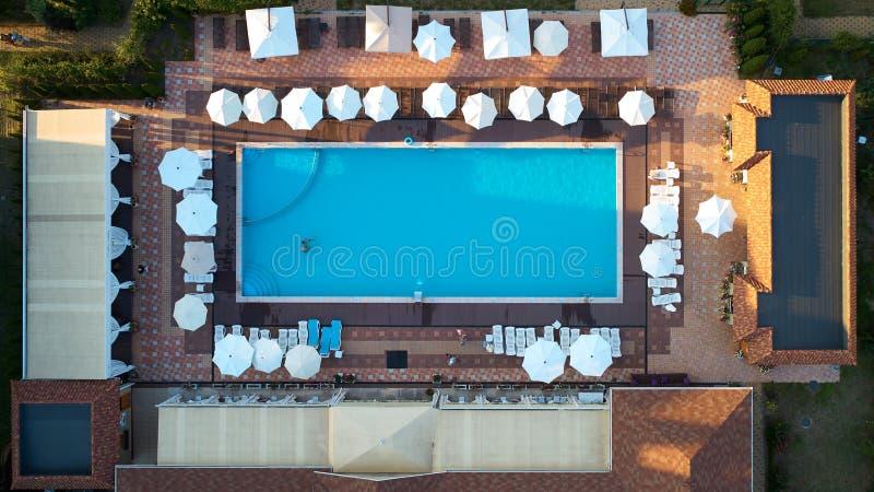 Widok z lotu ptaka na ludziach w pływackim basenie Odgórny widok ludzie sunbathing basenu fotografia royalty free