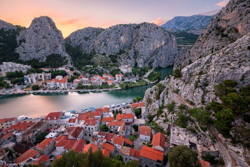 Widok Z Lotu Ptaka na Omis Starym miasteczku i Cetina Rzecznym wąwozie, Dalmatia fotografia royalty free