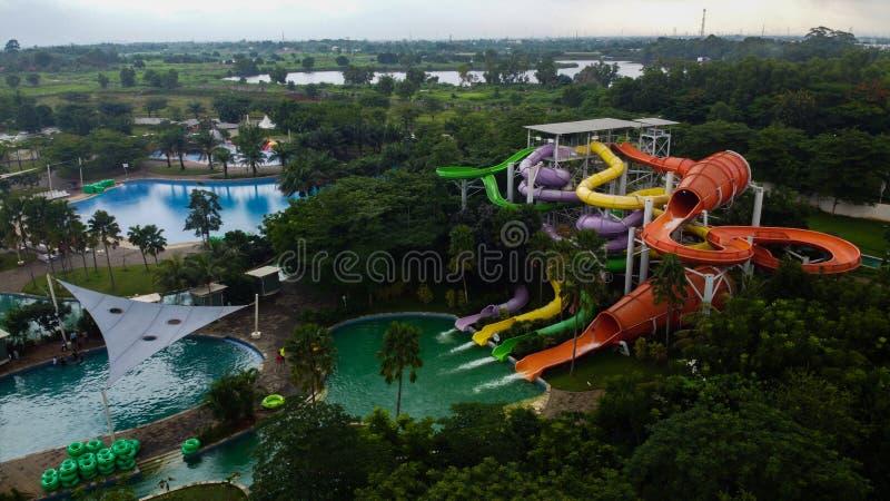 Widok z lotu ptaka na otwartym powietrzu Drone Shot przeglądaj niebieski basen w Bekasi - Indonezja fotografia stock