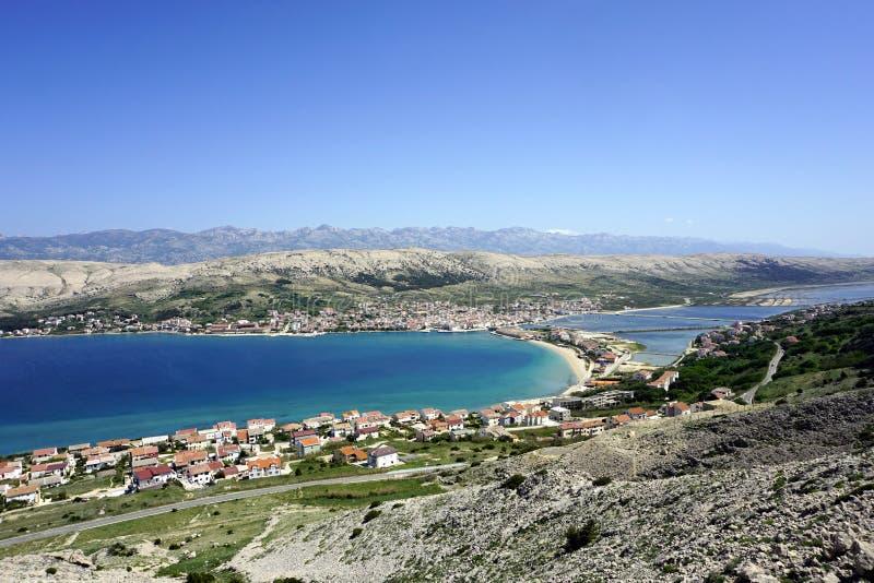 Widok z lotu ptaka na pięknej turkus zatoce przed miastem Pag na wyspie Pag w Dalmatia, Chorwacja zdjęcie royalty free