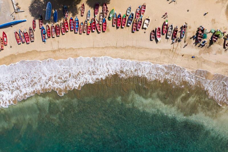 Widok z lotu ptaka na plażę Tarrafal na wyspie Santiago w Republice Zielonego Przylądka - Wyspy Zielonego Przylądka obraz stock