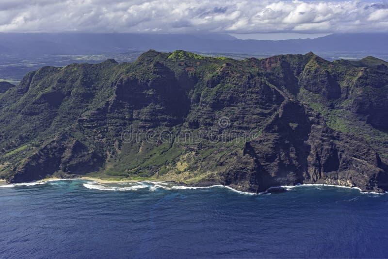 Widok z lotu ptaka na południowe wybrzeże Kauai z widokiem na góry, plażę i rugby wybrzeża w pobliżu Poipu Kauai Hawaii Stany Zje zdjęcie stock