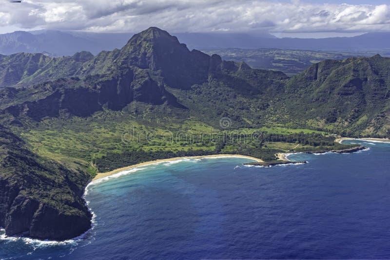 Widok z lotu ptaka na południowe wybrzeże Kauai z widokiem na góry, plażę i rugby wybrzeża w pobliżu Poipu Kauai Hawaii Stany Zje zdjęcia royalty free