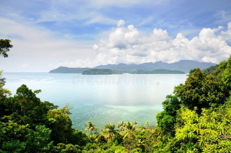 Widok z lotu ptaka na tropikalnej wyspie, turkusowym morzu, górach, niebieskim niebie i scenicznych chmurach przy Koh Chang wyspą zdjęcia stock