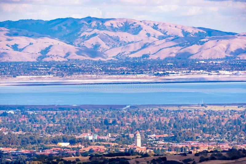 Widok z lotu ptaka na Uniwersytecie Stanford w Palo Alto, obszar Zatoki San Francisco; Widoczny zasięg górski Newark i Fremont fotografia stock