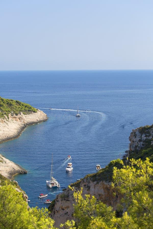 Widok z lotu ptaka na Zatoce Stiniva na Morzu Adriatyckim, Wyspa Vis, Chorwacja zdjęcia royalty free