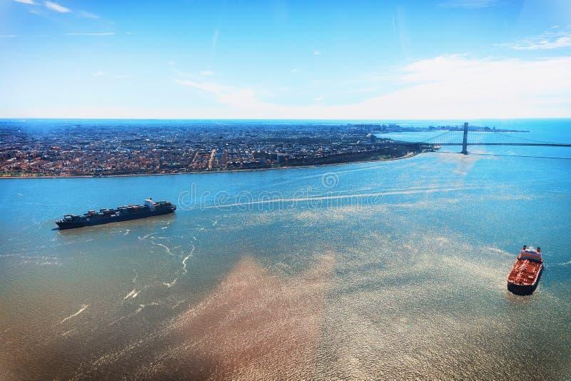 Widok z lotu ptaka na zbiornika naczyniu Nowy Jork i Manhattan moście obrazy stock