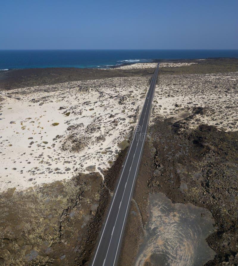 Widok z lotu ptaka nabrzeżna droga która krzyżuje zatoczki i plaże Mojà ³ n Blanco i spirala Caleta Lanzarote, wyspy kanaryjska, zdjęcia stock