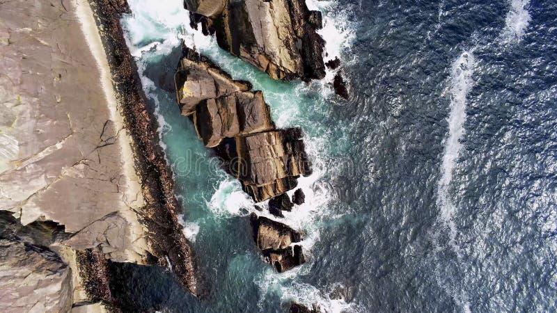 Widok z lotu ptaka nad błękitną ocean wodą i skalistym wybrzeżem jeżeli Irlandia obraz royalty free