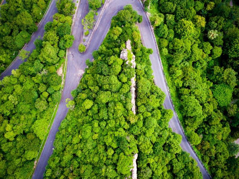 Widok z lotu ptaka nad halnym drogowym lasu krajobrazem obrazy stock