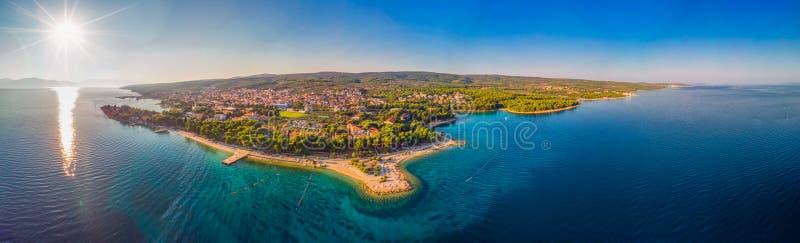 Widok z lotu ptaka nadmorski deptak w Supetar miasteczku na Brac wyspie z drzewkami palmowymi i turkusu oceanu jasną wodą, Supe zdjęcie royalty free