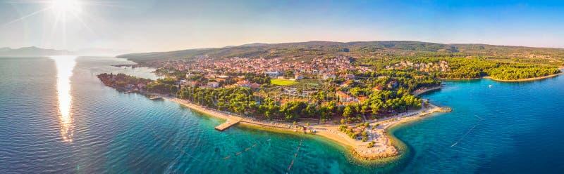 Widok z lotu ptaka nadmorski deptak w Supetar miasteczku na Brac wyspie z drzewkami palmowymi i turkusu oceanu jasną wodą, Supe fotografia stock