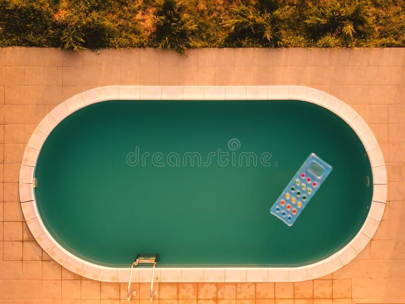 Widok z lotu ptaka nadmuchiwana materac w pływackim basenie zdjęcia stock