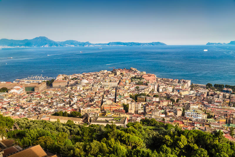 Widok z lotu ptaka Napoli z zatoką Naples przy zmierzchem, Campania, Włochy obraz stock