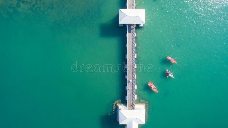 Widok z lotu ptaka naturalny jasny błękitny morze z dennym spławowym mostem i łodzią obrazy stock