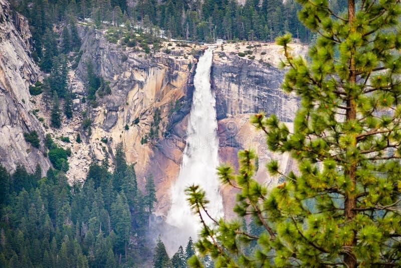 Widok z lotu ptaka Nevada spadek, Yosemite park narodowy, Sierra Nevada góry, Kalifornia; Ludzie widoczni na wycieczkuje śladzie  zdjęcie royalty free