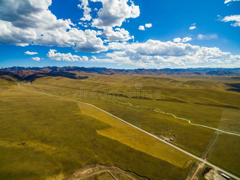 Widok z lotu ptaka niebieskie niebo i biel chmurnieje w Gannan, Gansu, Chiny obraz royalty free