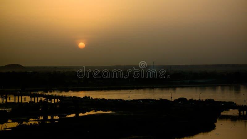 Widok z lotu ptaka Niger rzeka w Niamey przy zmierzchem Niger obraz stock