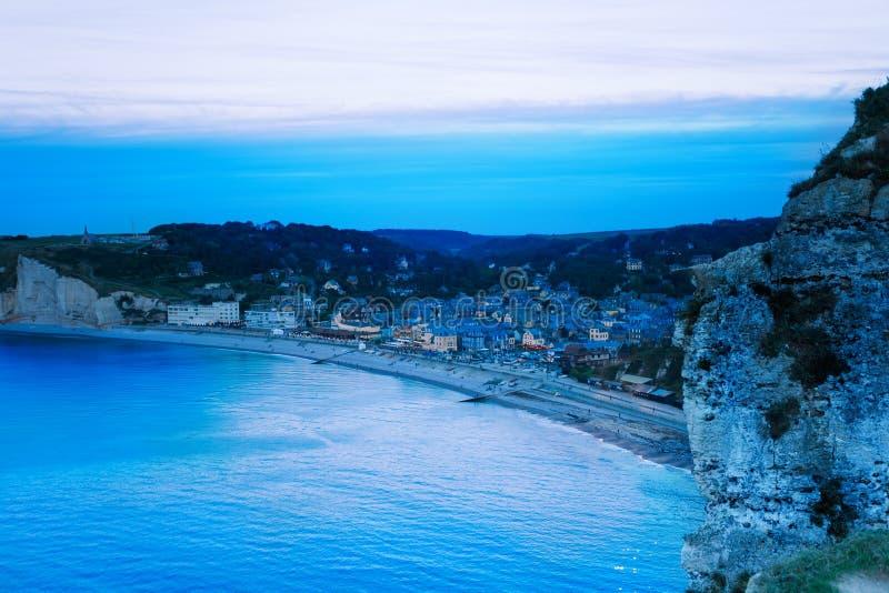 Widok z lotu ptaka noc Etretat, Normandy, Francja obraz stock