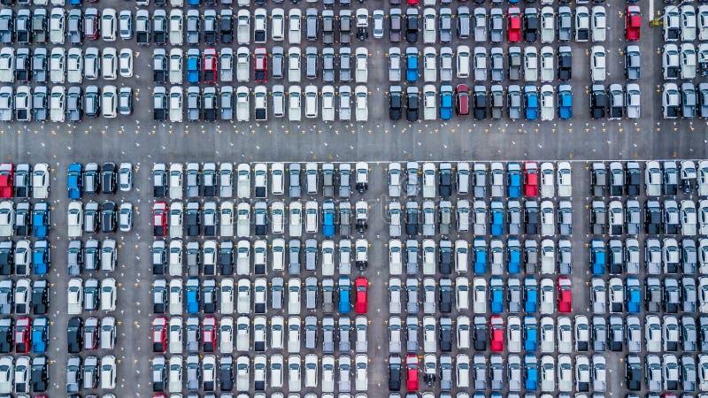 Widok z lotu ptaka nowi samochody wykładali up w porcie dla importa i eksporta, zdjęcia stock