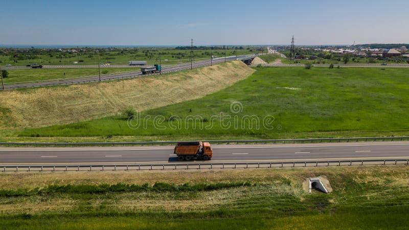 Widok z lotu ptaka nowożytnej autostrady drogowy skrzyżowanie na wiejskim krajobrazie obraz royalty free
