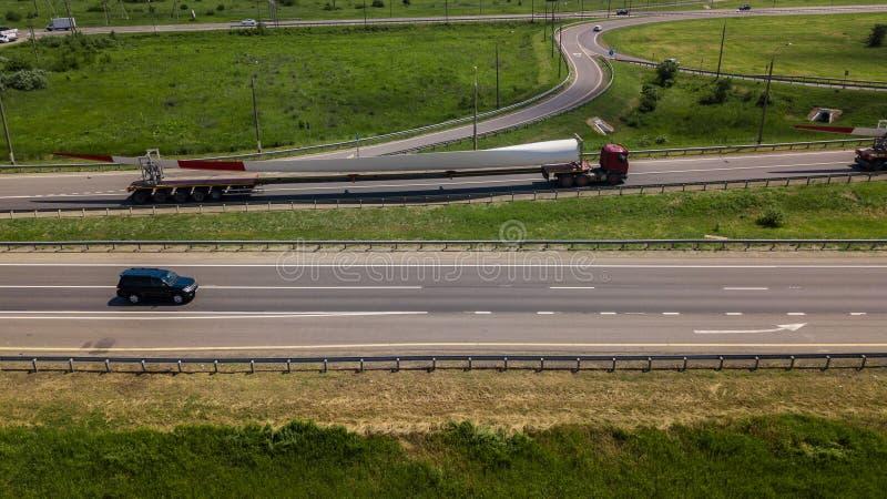Widok z lotu ptaka nowożytnej autostrady drogowy skrzyżowanie na wiejskim krajobrazie obrazy royalty free