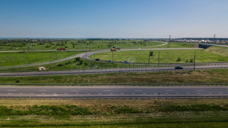 Widok z lotu ptaka nowożytnej autostrady drogowy skrzyżowanie na wiejskim krajobrazie obraz stock