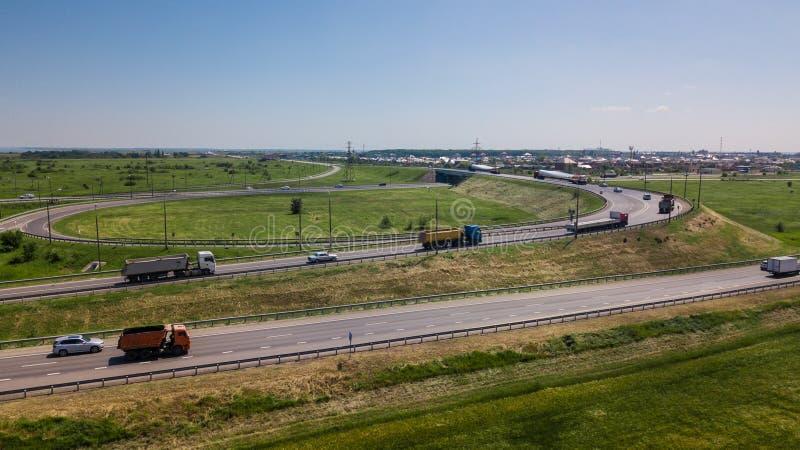 Widok z lotu ptaka nowożytnej autostrady drogowy skrzyżowanie na wiejskim krajobrazie zdjęcia stock