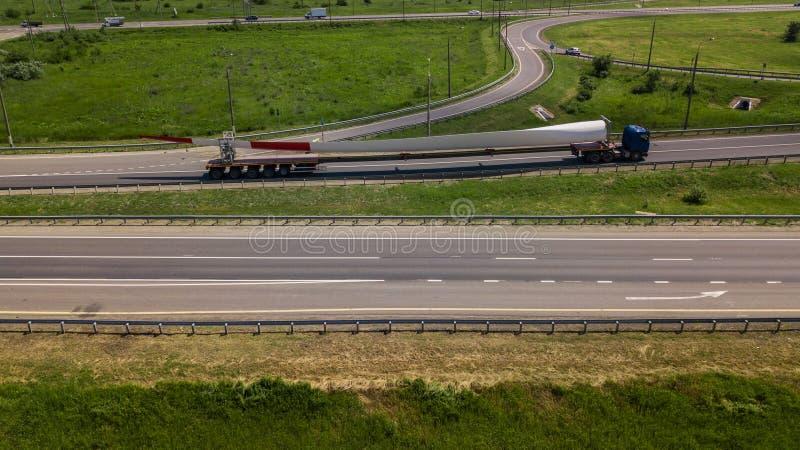 Widok z lotu ptaka nowożytnej autostrady drogowy skrzyżowanie na wiejskim krajobrazie zdjęcie royalty free