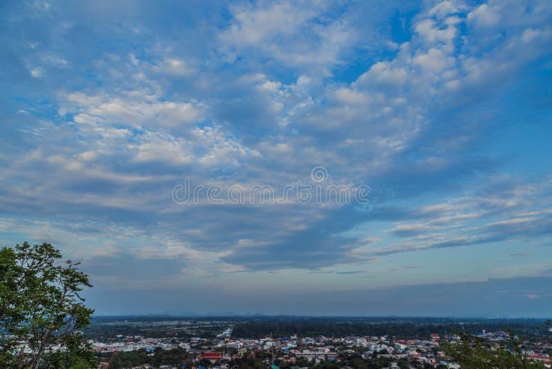 Widok z lotu ptaka nowożytny miasto przy szerokim niebieskim niebem i chmurą fotografia royalty free
