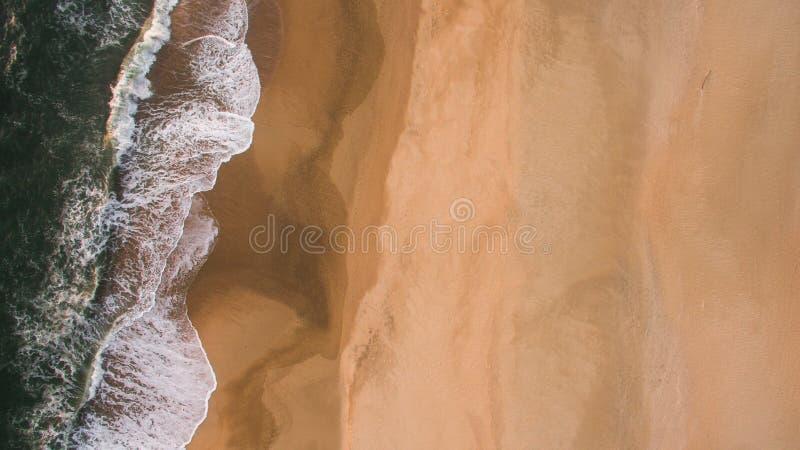 Widok z lotu ptaka oceanu morze macha na piaskowatej plaży przy wieczór zdjęcie stock
