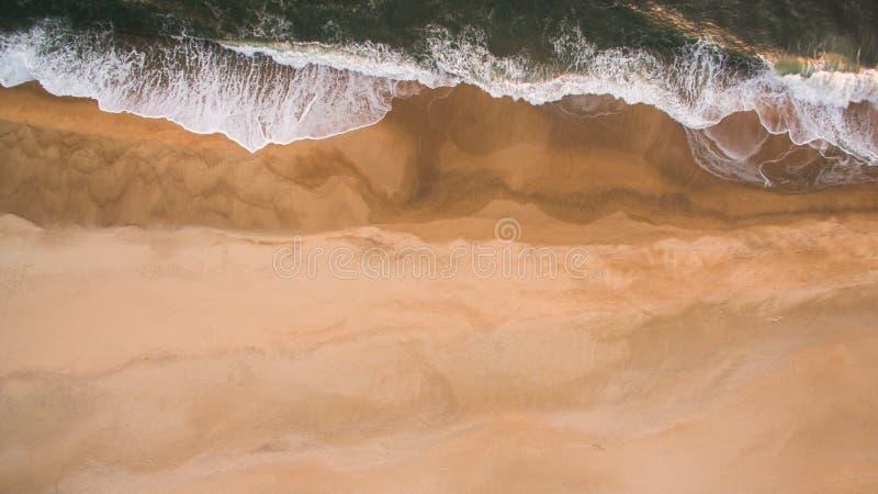 Widok z lotu ptaka oceanu morze macha na piaskowatej plaży przy wieczór obraz royalty free
