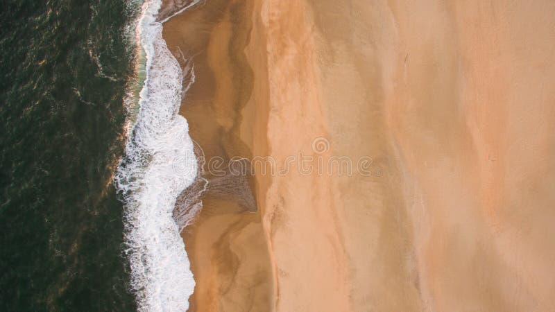 Widok z lotu ptaka oceanu morze macha na piaskowatej plaży przy wieczór zdjęcie royalty free