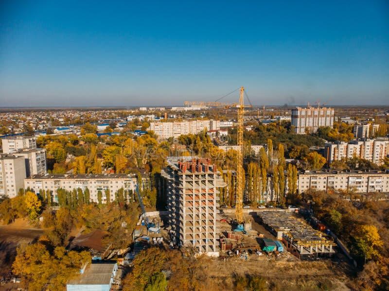 Widok z lotu ptaka od above, budowa nowożytny dom lub budynek z, żurawiem i innymi przemysłowymi pojazdami wśród miasto krajobraz zdjęcie royalty free