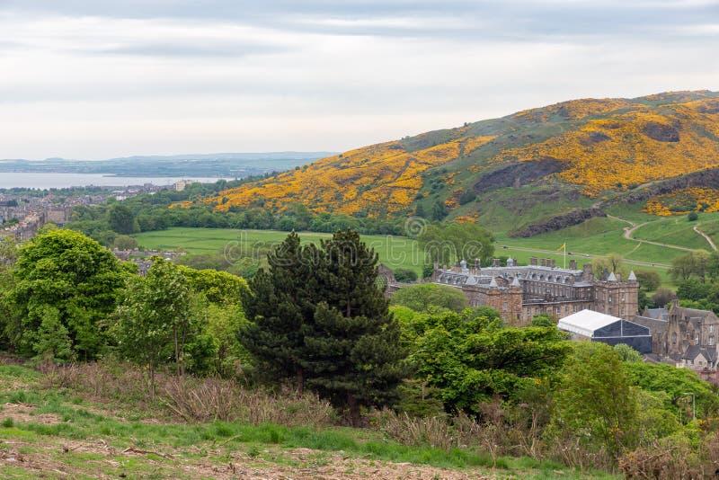 Widok z lotu ptaka od Calton wzgórza przy Holyrood kasztelem Edynburg, Szkocja fotografia stock
