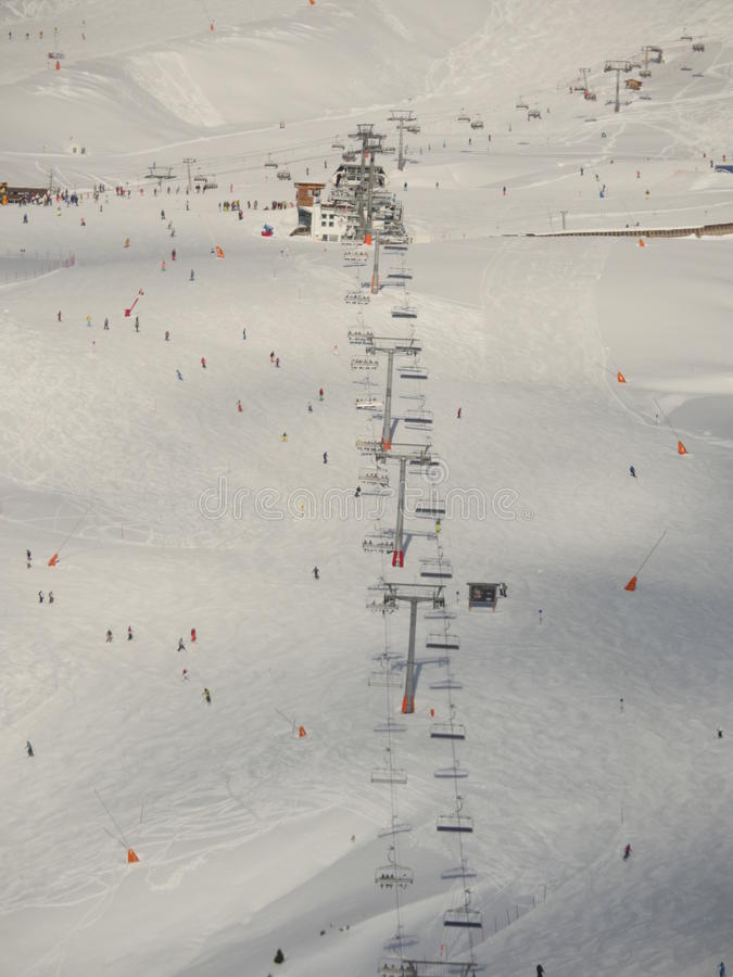 Widok z lotu ptaka od gór i krzesła narciarskiego dźwignięcia obraz stock