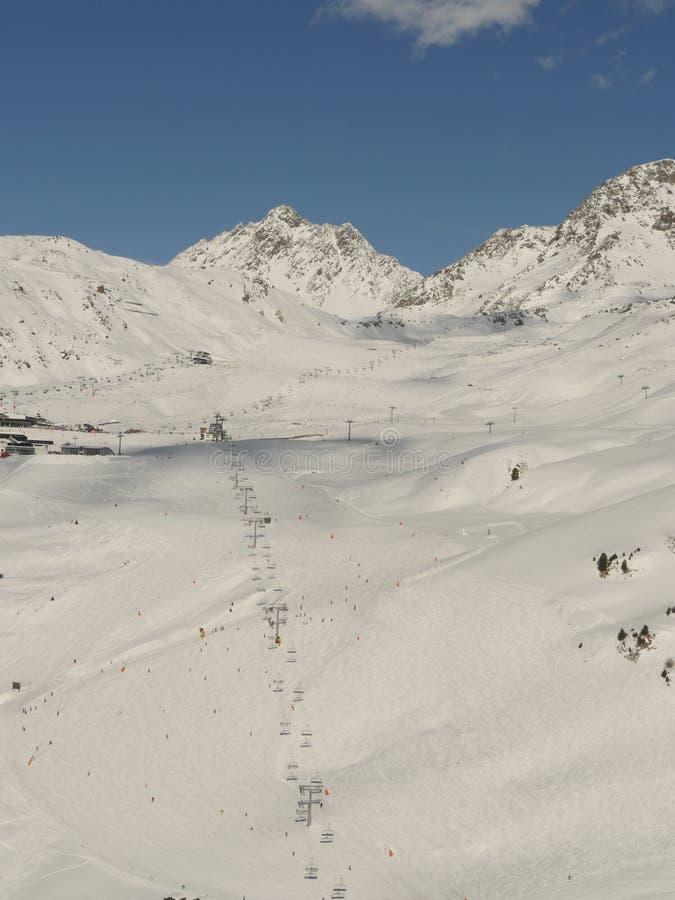 Widok z lotu ptaka od gór i krzesła narciarskiego dźwignięcia obraz royalty free