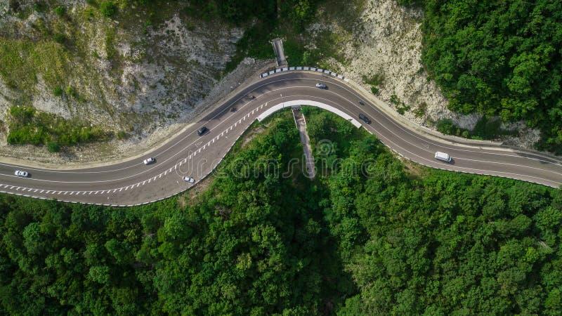 Widok z lotu ptaka od trutnia - wężowata droga, przełęcz w Sochi, Rosja fotografia stock