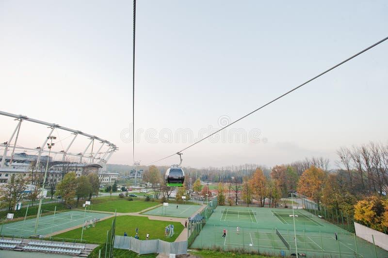 Widok z lotu ptaka od wagonu kolei linowej stadion futbolowy i tenisowy sąd obraz stock