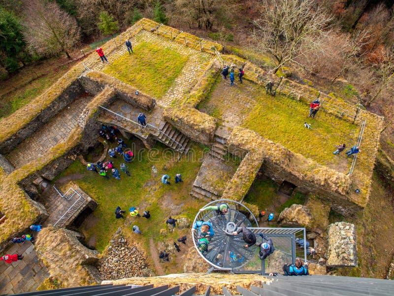 Widok z lotu ptaka Orlika nad Humpolcem kasztelu ruina z wiele ludźmi, Vysocina, republika czech zdjęcia stock