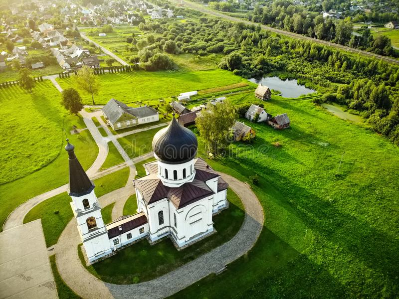 Widok z lotu ptaka Ortodoksalny kościół Dormition Theotokos, lokalizować w Vievis, Lithuania zdjęcia stock