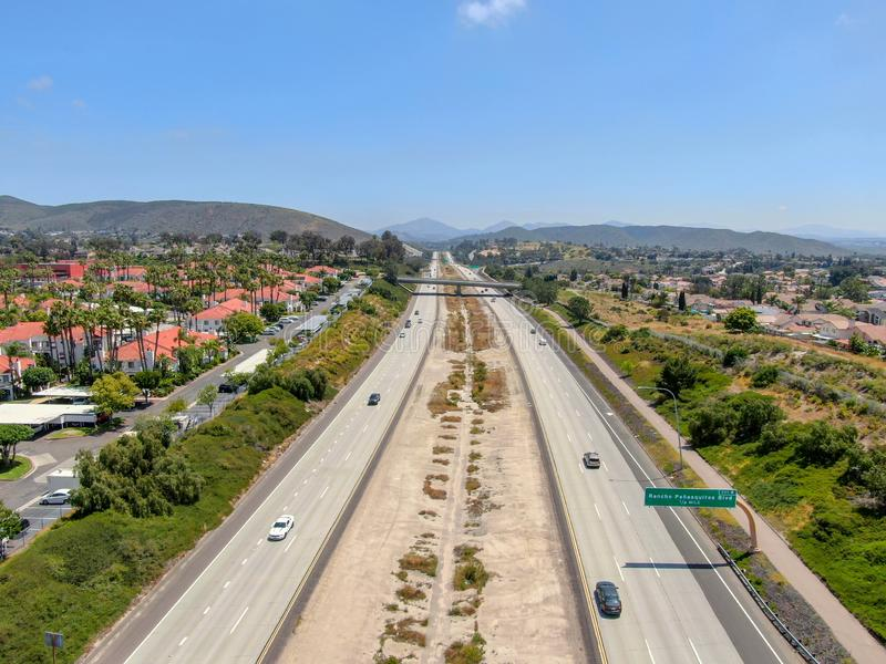 Widok z lotu ptaka otaczający willą z basenem autostrada fotografia royalty free