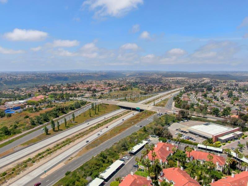 Widok z lotu ptaka otaczający willą z basenem autostrada zdjęcie royalty free