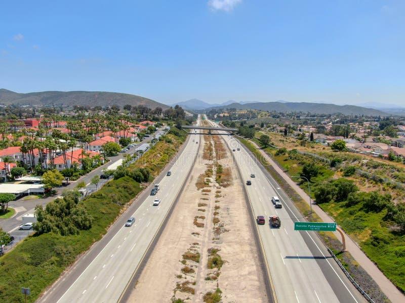 Widok z lotu ptaka otaczający willą z basenem autostrada obraz royalty free