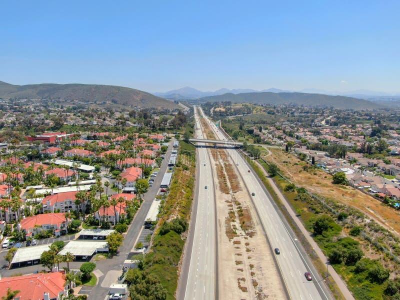 Widok z lotu ptaka otaczający willą z basenem autostrada obraz stock