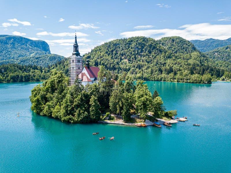 Widok z lotu ptaka otok, wniebowzięcie Mary kościół z wierza, iglica, i, na górze Krwawiliśmy jezioro, Slovenia zdjęcia royalty free