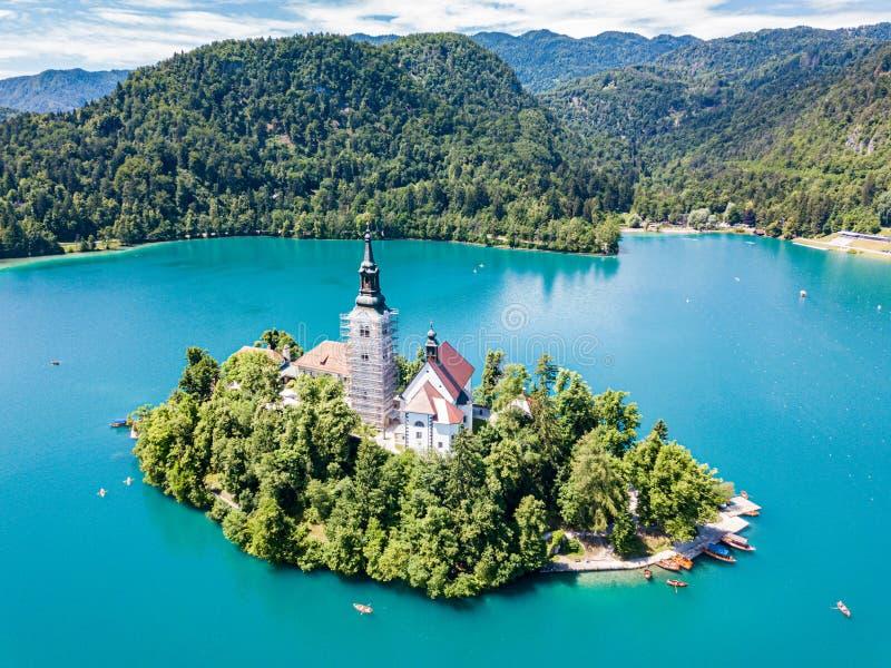 Widok z lotu ptaka otok, wniebowzięcie Mary kościół z wierza, iglica, i, na górze Krwawiliśmy jezioro, Slovenia fotografia royalty free