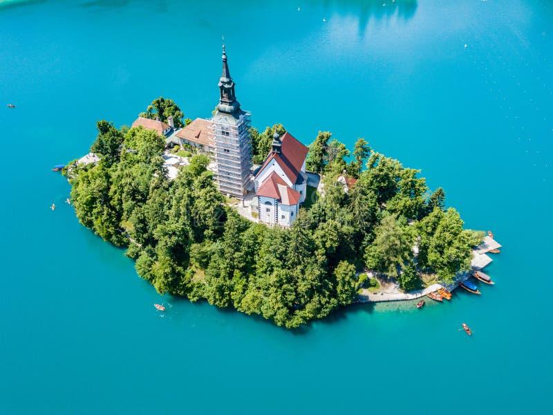 Widok z lotu ptaka otok, wniebowzięcie Mary kościół z wierza, iglica, i, na górze Krwawiliśmy jezioro, Slovenia obrazy royalty free